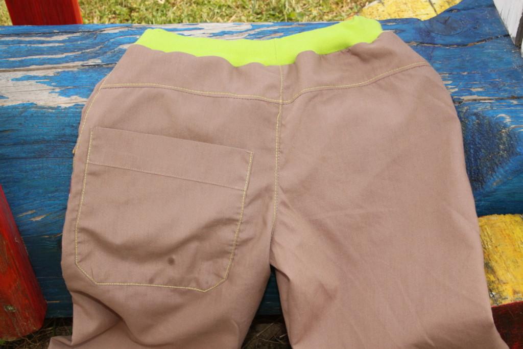 Sourozenecké kalhoty z košiloviny, Budilka upcykluje