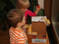 Kuličkodráha z krabice a ruliček - vytvořila Budilka.cz